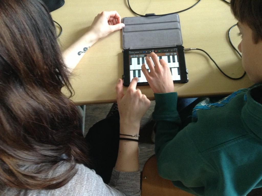 Endet der Nutzen von Musikapps im Ersetzen des Keyboards durch ein iPad? Lerner_innen nutzen Garageband als Klavier.