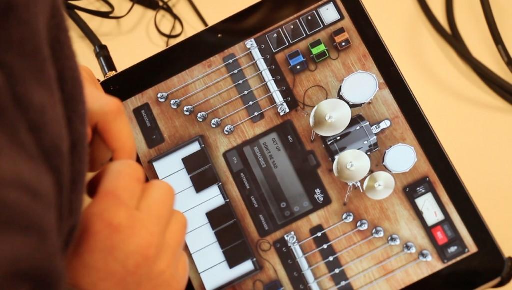 Eine Schülerin probiert während der AppSwitch-Session die App Rockmate aus.