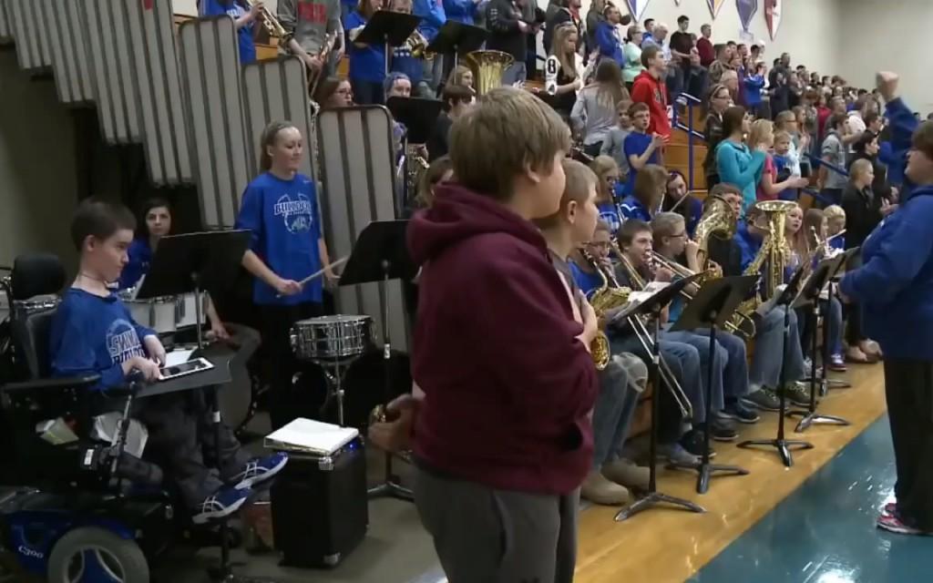 Die High School Band bei einem Auftritt. Ethan Orchs (links) spielt auf einem iPad das Schlagzeug.