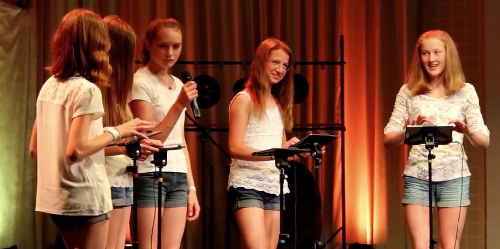 Apps On Stage: Schülerinnen des Hohenstaufen-Gymnasiums auf der Bühne der Langen Nacht der Kultur Kaiserslautern 2015.
