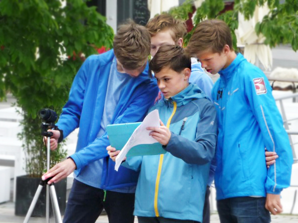 beim Videodreh in Hamburg Feinjustierung mit der externen Tabletkamera