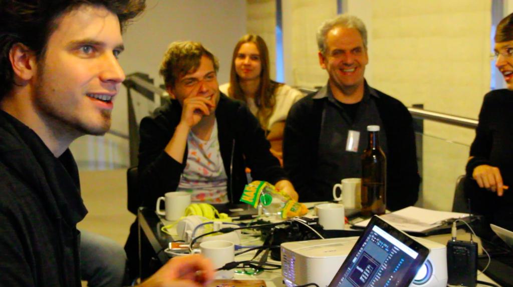 Eine Teilnehmer_innen-Gruppe entwickeln in der dritten Phase zusammen mit dem Dozenten Klaus Kauker ein YouTube-Tutorial zum Thema »Loopy: Stimme und Apps«